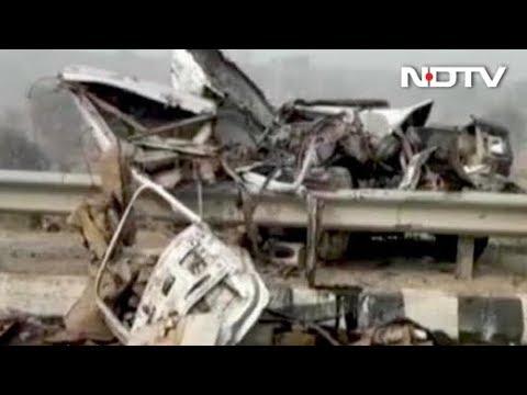 कोहरे की वजह से भीषण हादसा, 50 गाड़ियां आपस में टकराई