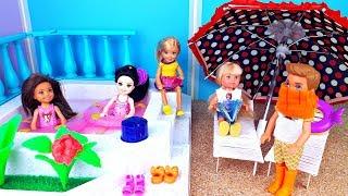 ПОЦЕЛОВАЛ И ОПОЗОРИЛСЯ ! В Школьном лагере - Игры в куклы Барби
