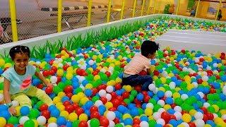 لمار وأنس  لعبوا بالكرات الكثيرة !! Anas and Lamar Colored Balls everywhere