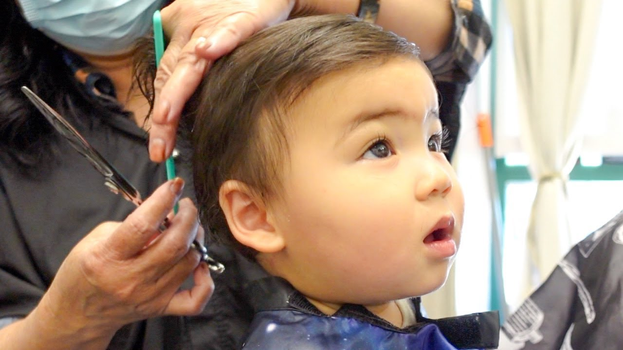 【1歳3ヶ月】美容師さんにヘアカットしてもらいました!人生2回目のヘアカット♡アメリカ子育て|3児ママ|双子ママ|国際結婚