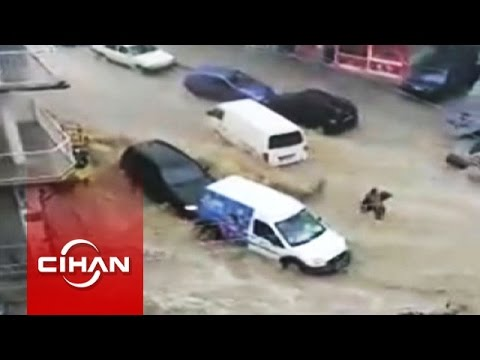 İzmir'de sel suları vatandaşı ve araçları böyle sürükledi
