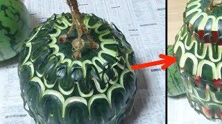 Er zieht die Melone wie eine Ziehharmonika auseinander.