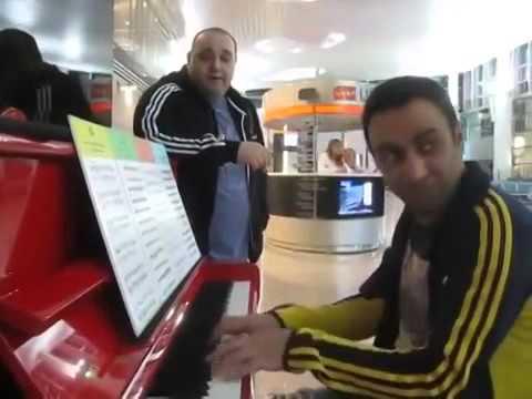 Армянские блюзмены играют  в аэропорту