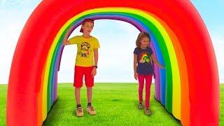 Катя и Макс играют с магическими домиками для детей