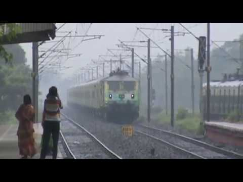 Funny wiper action with India's fastest Duronto!!! WAP-7 blasting at high speed through HB Chord