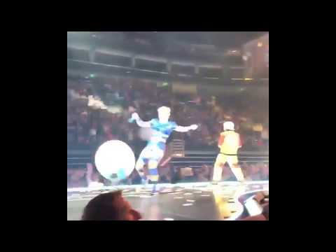 Katy Perry Hit a fan's Phone -Witness The Tour Nov 2017