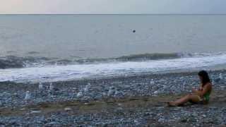Девушка и чайки на пляже в Лазаревском. Сентябрь 2013(Лазаревское, Развлечения для отдыхающих в Сочи - покормить чаек на пляже. Пасмурно, но тепло. http://youtu.be/j-bOiLMFo..., 2013-09-27T17:08:36.000Z)