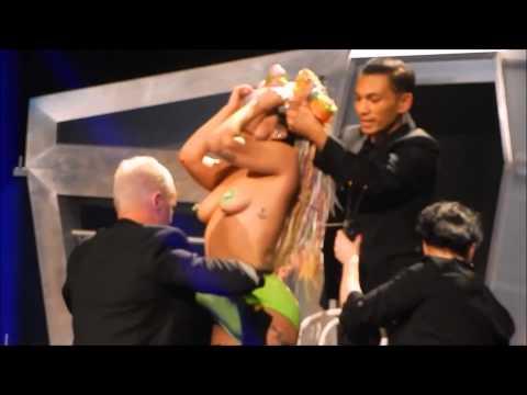 Lady Gaga se met nue en plein concert (ARTRAVE)