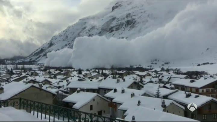 Una impresionante avalancha sepulta un pueblo de Suiza - YouTube
