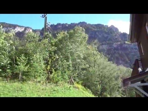 Sopla fuerte el viento Föhn en los Alpes Suizos