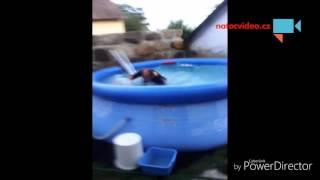 Táta spadl do bazénu