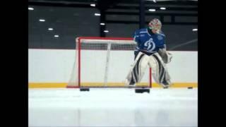 Хоккейный вратарь ловит шайбы одной рукой (ХК «Динамо» Барнаул)