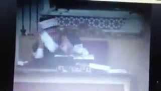 لحظة اغتيال الشيخ البوطي حيث يظهر قيام عصابات الأسد بإعدامه بعد التفجير