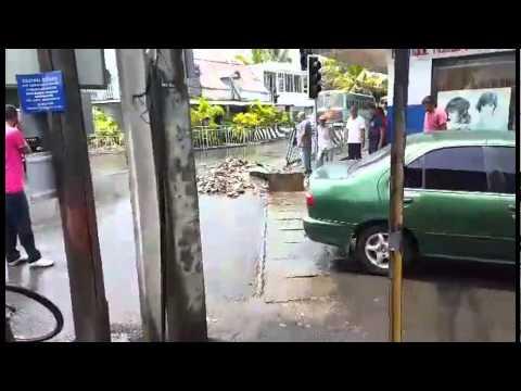 Plaine-des-Papayes: un homme débouche un drain avec les mains