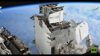 رائدا فضاء يركبّان ألواحا شـمسية في الفضاء المفتوح