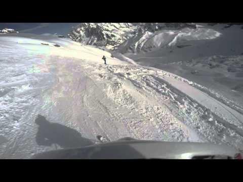 I gemelli diversi con gli sci da courmayeur mont blanc con la skyway in direzione chamonix