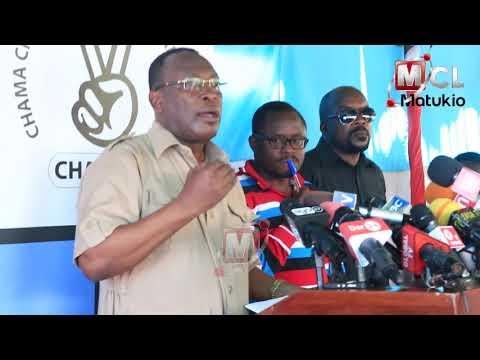 ALICHOKIZUNGUZUMZA MBOWE MBELE YA WAANDISHI WA HABARI BAADA YA KURUDI NAIROBI KWA LISSU