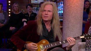 Hoe bespeel je een Gibson gitaar? Adje geeft les! - RTL LATE NIGHT