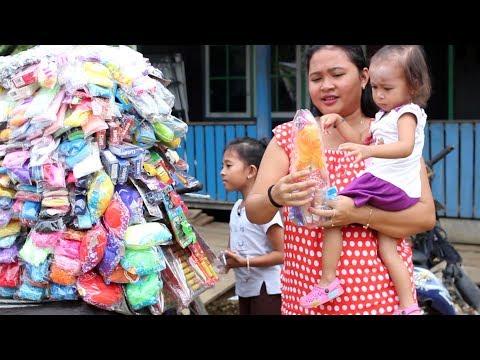 Balita Lucu Menunggu Paman Penjual Mainan - mainan anak scrach paper dan boneka