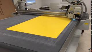 Découpe d'un carré 50 x 50 cm (Forex 3 mm jaune teinté dans la masse)