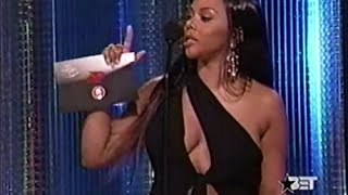 Lil' Kim presents Solo Single of the Year at the 2004 Source Awards