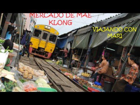 Mercado en las vias del tren de Mae Klong Bangkok Tailandia
