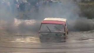 Джип форсирует озеро