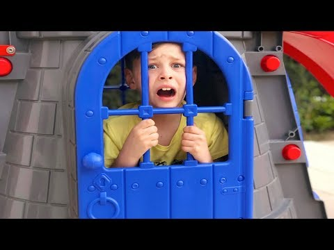 ALİ KAYBOLDU, KALE İÇİNE GİRDİ - Castle Slide Toy Funny Kid video