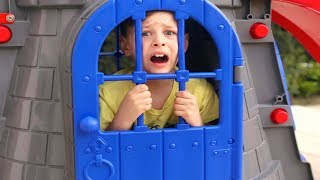 ALİ KAYBOLDU, KALE İÇİNE GİRDİ - Castle Slide Toy Funny Kid video