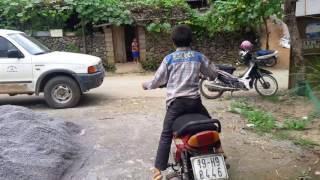 Trẻ trâu đi xe máy trên vùng cao - Vãi hàng cao thủ