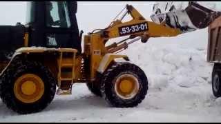 Уборка снега фронтальным погрузчиком Фотон в Барнауле(Происходит уборка снега фронтальным погрузчиком Фотон и погрузка его в КАМАЗ 20 тонн с высоким бортом. http://st..., 2014-12-15T03:23:01.000Z)