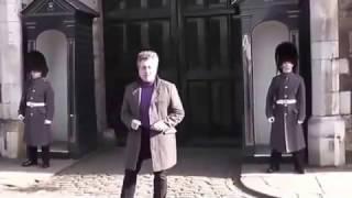 В Лондоне гвардеец нарушил молчание и напугал туриста . St James's Palace. Dancing tourist