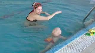 Грудничковое плавание/Саничка плывет 1год 4 месяца