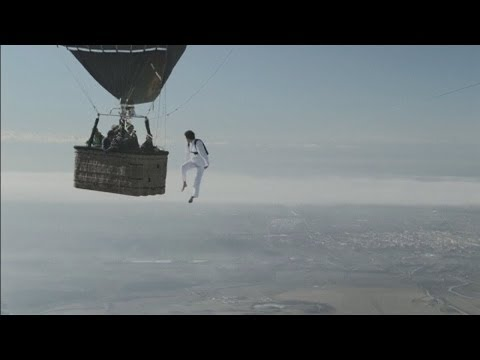 TIGHTROPE FAIL: Daredevils attempt to walk between two hot air balloons at 10,000ft