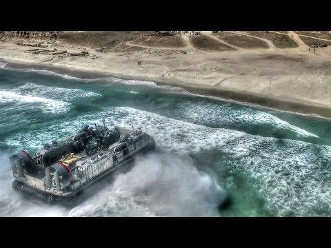 Hovercraft y AAV llegando a playa, los vehículos de desembarco de EE.UU