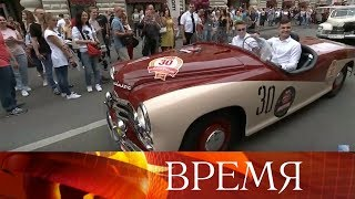 В центре Москвы прошел парад ретро-автомобилей.