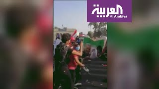 عراقيون غاضبون من تدخلات إيران يمزقون صور خامنئي وسليماني