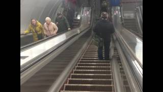 Метрополитен в Питере после взрыва.Все выходят.Видео:Е. Кузьмин