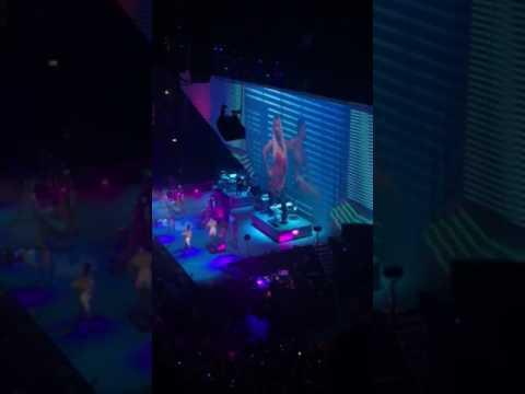 Ariana Grande - Side To Side - Live...