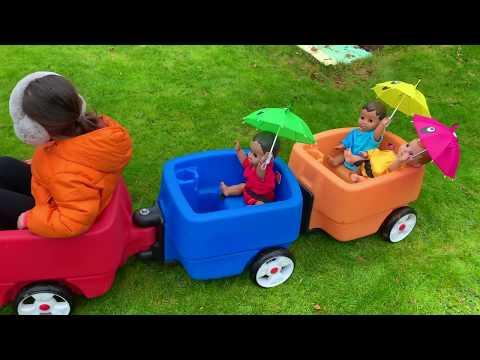 Muñeca jugando con paraguas - Learn colours with baby dolls