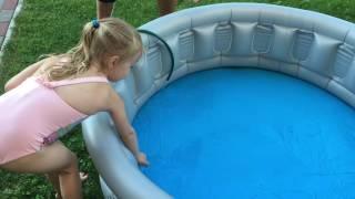Кристина на даче купается в бассейне