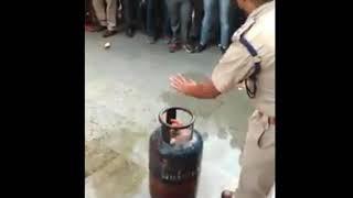 வீட்டில் சிலிண்டர் தீ பிடித்தால் என்ன செய்ய வேண்டும்.?.