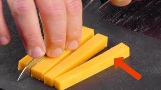 Schneide den Käse in 4 lange Streifen, bevor er die Kr...