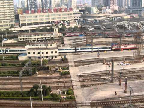 TREINEN IN CHINA TE SHANGHAI CENTRAAL STATION VAN UIT HET HOTEL 28-09-2009