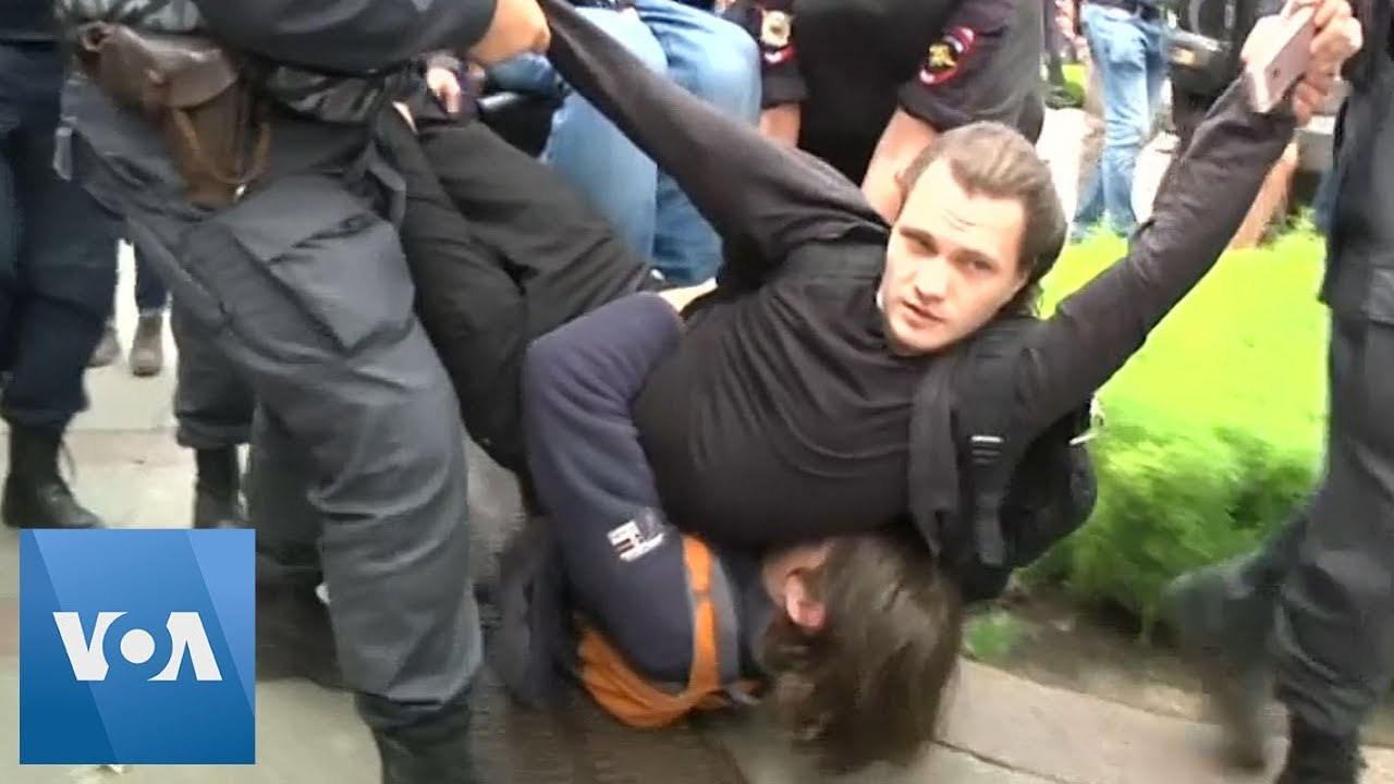 Russia Police Detain Protesters in St  Petersburg As Over 40,000 Rally in  Moscow