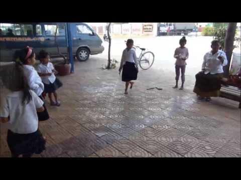 Globe Dreamers : Ils jouent à l'elastique (Phnom Penh - Cambodge)