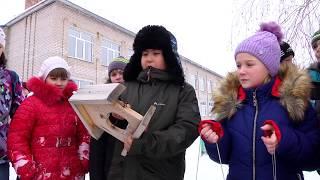Школьники п. Кинельский развешивают кормушки для птиц, сделанные своими руками