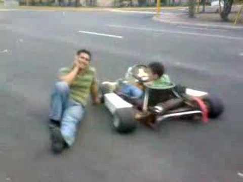 caida de n@chy enpujando un go kart -willy guzman-