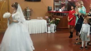 Невеста бросает букет. Пятилетняя Сашенька ловит букет невесты.