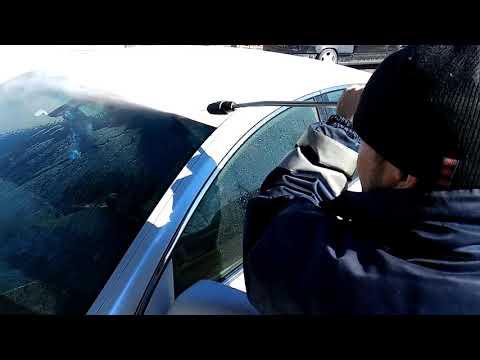 Вымываю соль с авто после зимы.